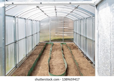 The greenhouse made of polycarbonate on the dacha plot is ready for spring planting. Tula region, Russia