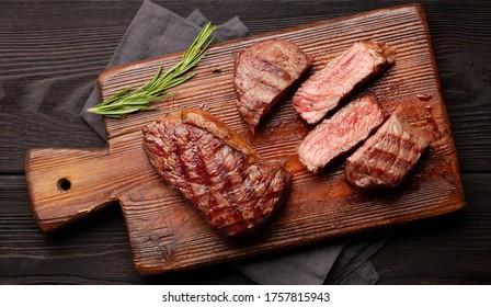 Rindfleisch-Steak mit Gewürzen und Kräutern gegrillt. Draufsicht
