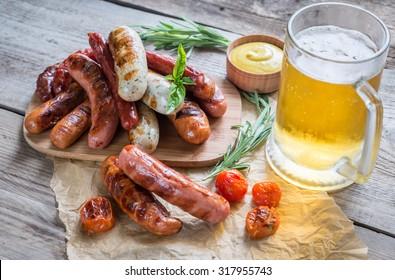 Saucisses grillées avec un verre de bière