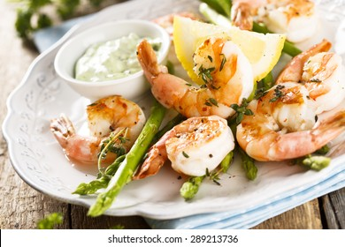 Grilled shrimps with asparagus and wild garlic sauce