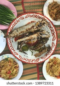 Grilled snakehead fish, papaya salad, bitter gourd, fermented chili paste and fresh vegetables Placed on a mat ready to eat.