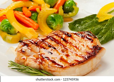 Grillsteak mit Gemüse auf dem Teller