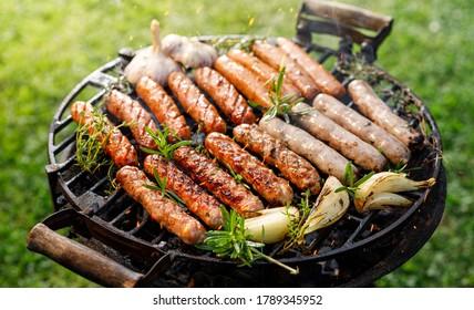 Grillades de saucisses sur barbecue grill à l'extérieur