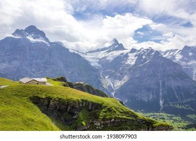 Grindewaldtal und Bergwanderweg in der Schweiz an einem sonnigen Tag