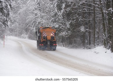 Gritting winter road