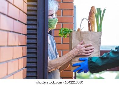 Lebensmittellieferung an ältere Frauen während einer Pandemie