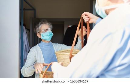 Lebensmittelzustellung für ältere Menschen in Quarantäne bei Covid-19 Coronavirus-Epidemie