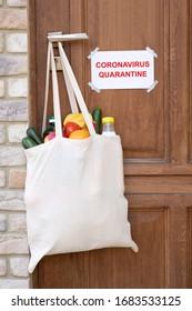 Magasin d'épicerie dans un sac accroché à une poignée de porte pendant une quarantaine