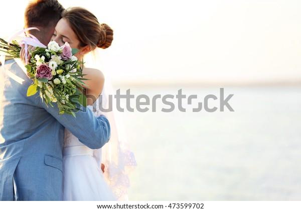 Umarmung von Bräuchen und Brautbeständen, im Freien