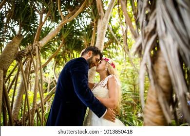 groom and bride posingin jungle