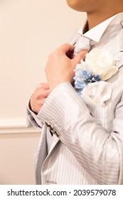 花婿は、結婚式の準備をしながらネクタイを直した