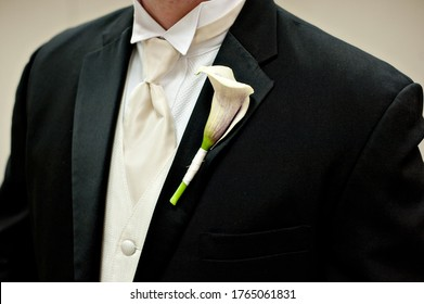groom lily boutonniere with black tuxedo