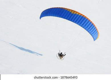 Ambulant du plan Gros volant en hiver dans un paysage blanc de neige vu du ciel