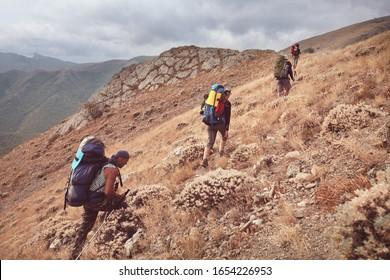 Gruppe der Rucksacktouristen in den Bergen aktiv Lifestyle Reise Abenteuer Urlaub Freiheit Sommerlandschaft Wanderung Konzept Wanderung