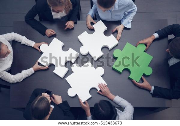Gruppe von Geschäftsleuten, die das Puzzle-Puzzle zusammenbauen, Team-Support und Hilfe-Konzept