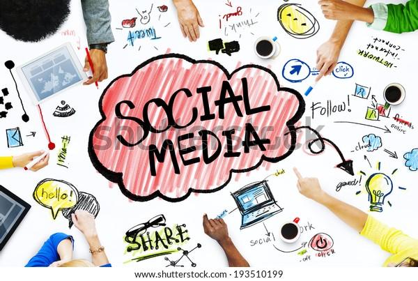 Groupe d'hommes d'affaires avec le concept des médias sociaux
