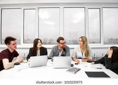 Group of businesspeople sitting at office Desk at the meeting
