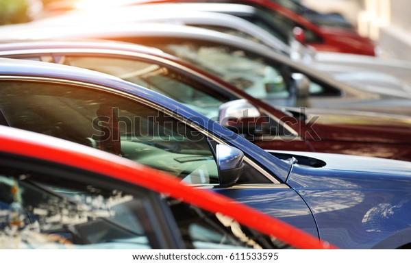 Fahrzeuggruppe in Reihe geparkt