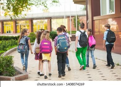 eine Gruppe von Kindern geht auf die Universität