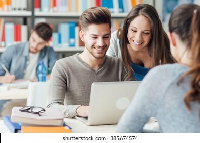 hög Skole studenter använder online dating