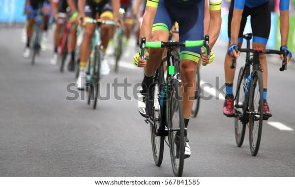 группа велосипедистов во время финального спринта, чтобы выиграть этап велогонки