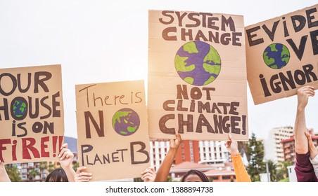 Gruppe der Demonstranten auf der Straße, junge Menschen aus unterschiedlichen Kulturen und ethnischen Gruppen, die für den Klimawandel kämpfen - Konzept der globalen Erwärmung und Umwelt - Fokus auf Banner