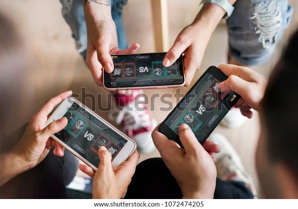一群不同的朋友在手机上玩游戏