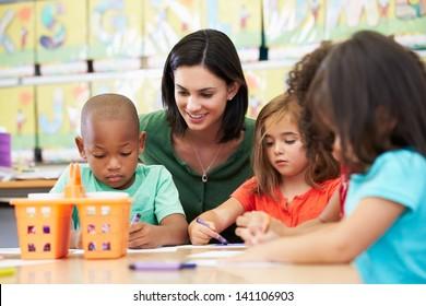 Groep van elementaire leeftijd kinderen in kunstklas met leraar