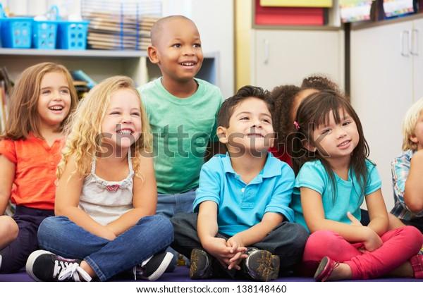 Groep basisleerlingen in de klas