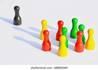 A group is facing an individual - game figures as a symbol
