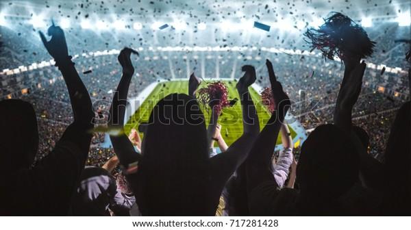 Fans-Gruppe jubelt um den Sieg ihrer Mannschaft