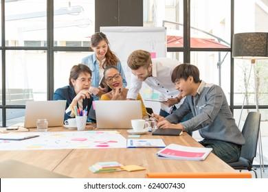 オフィスでアイデアとノートパソコンについて話し合う、5つのビジネスミーティングのグループ。