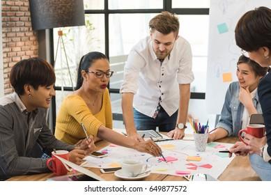 5人のクリエイティブワーカーのグループがオフィスでブレインストーム、新しいスタイルのワークスペース、オフィスの人々の幸せなシーン
