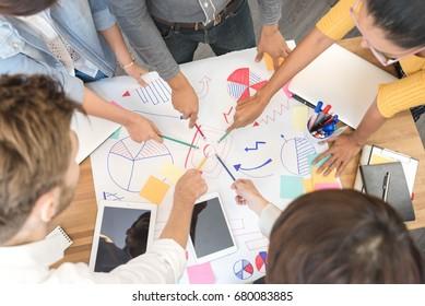 5人のクリエイティブワーカーのグループ、アイデアペーパー上の複数民族点、クリエイティブミーティングコンセプト