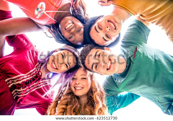 gruppo di amici legame e avendo divertimento all'aperto