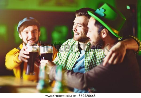 Grupo de amigos celebrando en Irish Pub