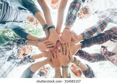 Gruppe der Freunde mit Händen in Stack, Teamwork