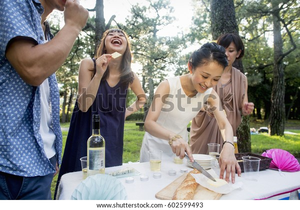 森の野外パーティーで友達のグループ