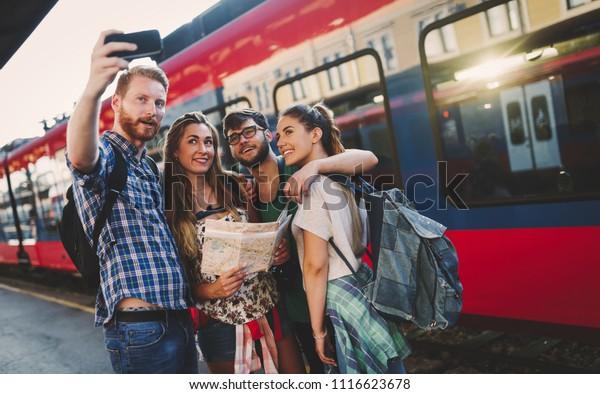Gruppe von Freunden mit dem Zug