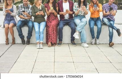 Groupe d'amis utilisant l'application de smartphones - Adhésion des adolescents aux nouvelles tendances technologiques - Concept de la jeunesse, de la technologie, de la société et de l'amitié - Focus on hand