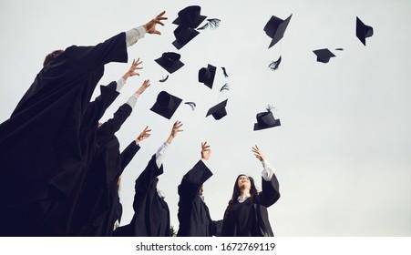 졸업생들이 모자를 하늘로 던집니다.