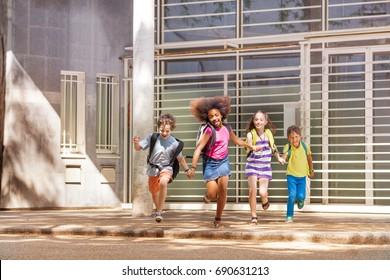 Grupo de feliz carrera después de la escuela