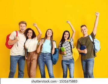 Groupe d'étudiants heureux sur fond couleur