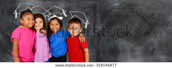 Groupe de jeunes enfants heureux qui sont à l'école