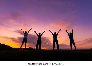 Gruppe von gesunden Mädchen zeigen Hände mit Sonnenuntergang Hintergrund.Gesunde Bewegung Lifestyle-Konzept.