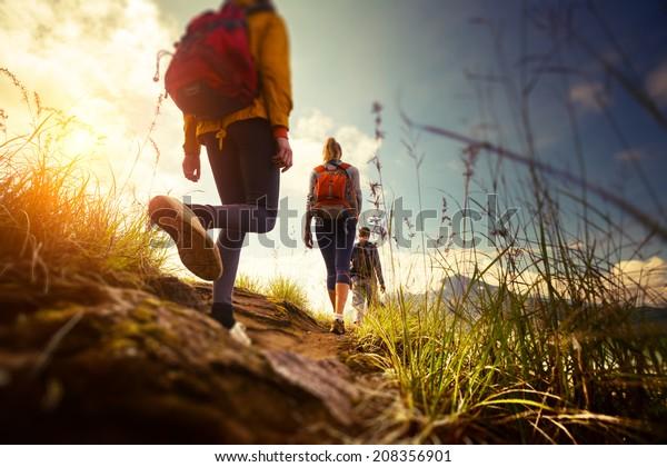 Gruppe von Wanderern, die in den Bergen wandern. Die Kanten des Bildes sind unscharf