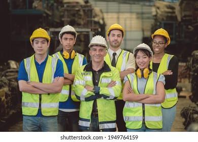 Gruppe von Branchenleuten Ingenieurteam-Team-Mix-Rennen genießen Arbeit in schweren Fabrik stehen zusammen glückliches Lächeln Portrait-Vertrauen Teamwork-Unternehmen Team-Arm gekreuzt