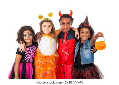 Gruppe von Kindern zu Halloween und Karnavalskostümen einzeln