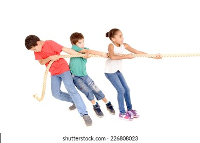 group of kids playing rope game