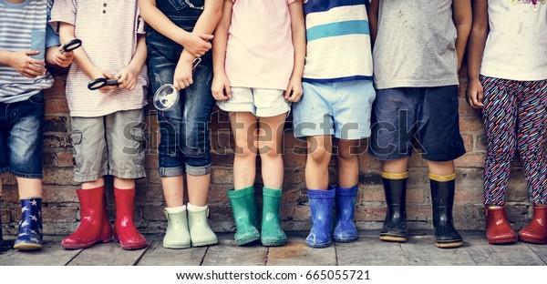 Ryhmä päiväkoti lapset ystävät tilalla suurennuslasi tutkia